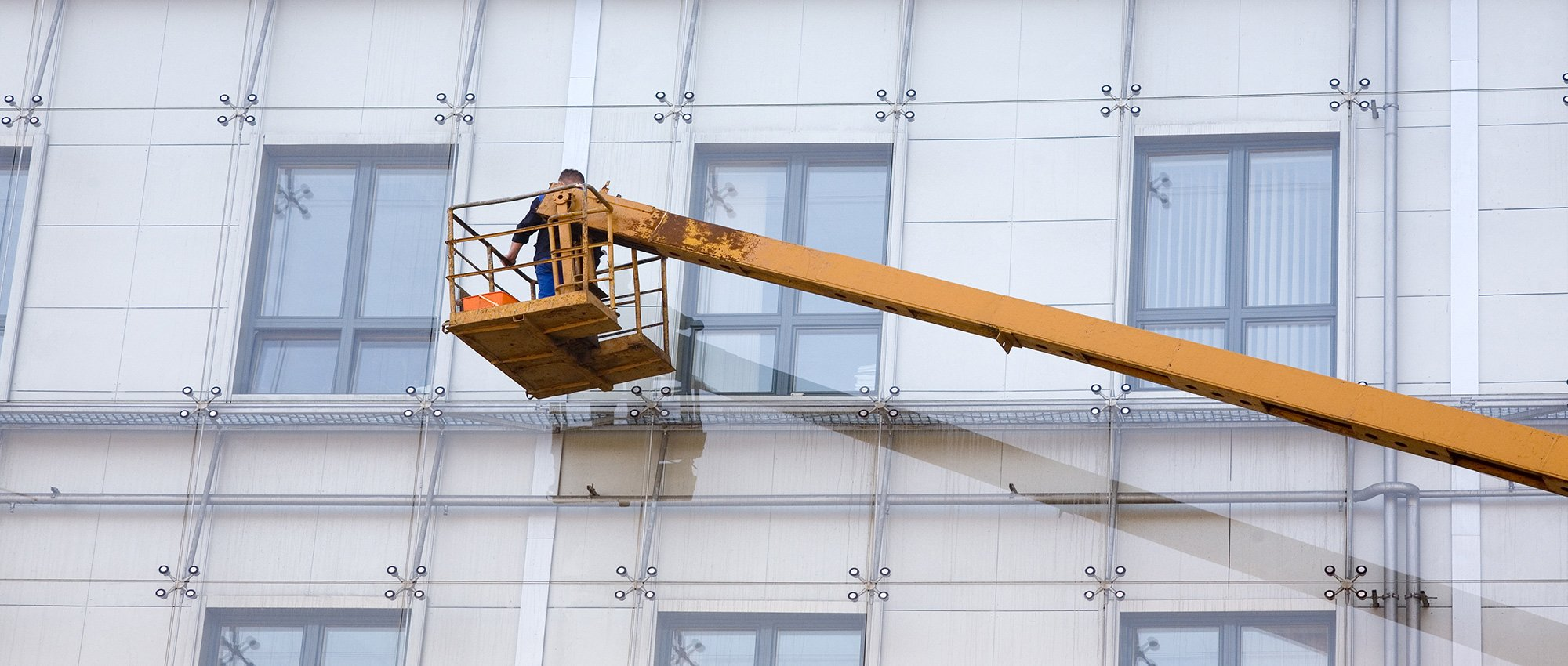 Operaio lavora sulla piattaforma aerea a Pavia e Piacenza