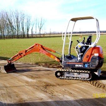 Mini escavatore al lavoro a Pavia e Piacenza
