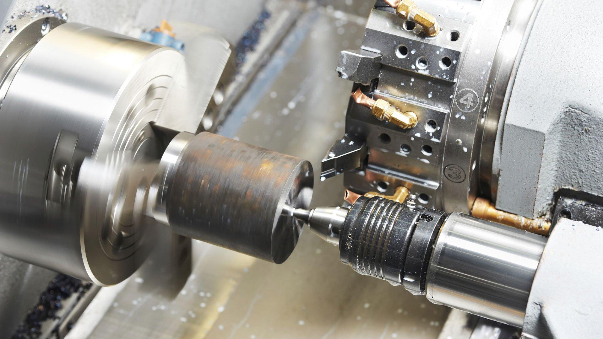 un operaio mentre sta Saldando due pezzi di metallo
