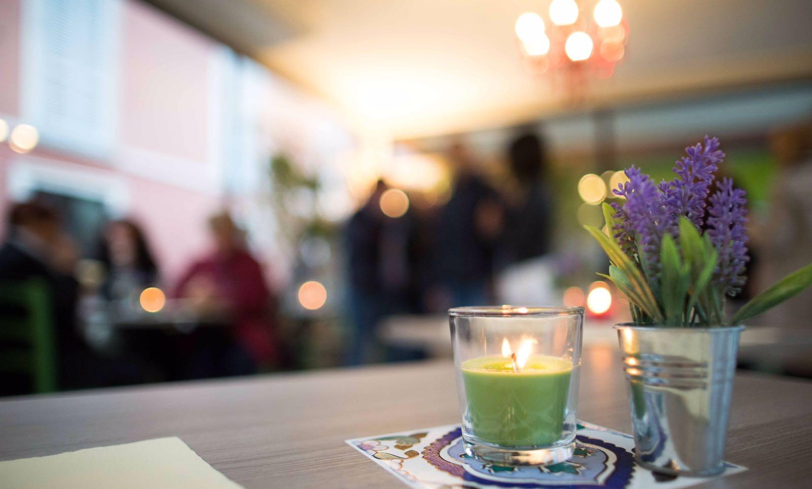 Tavolino con candela verde accesa sopra