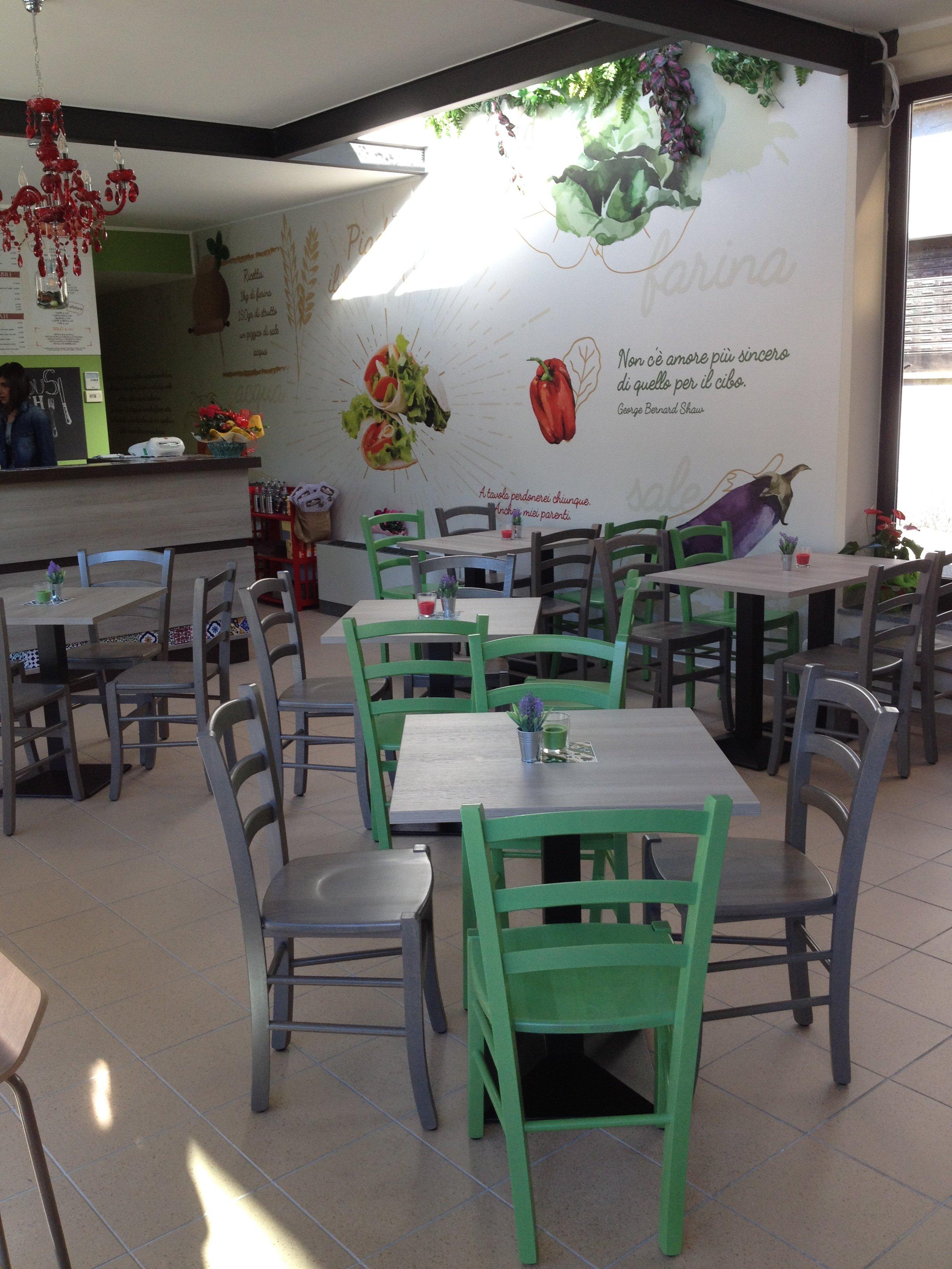 Interno del locale con tavolini