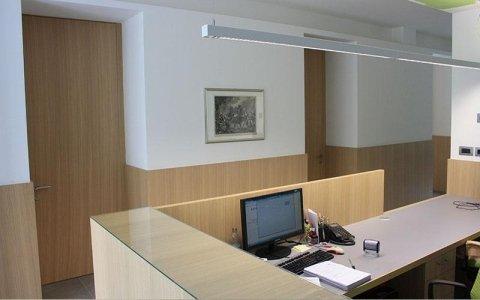 tavoli da pranzo in legno massello, sedie rivestite, portoni ingresso