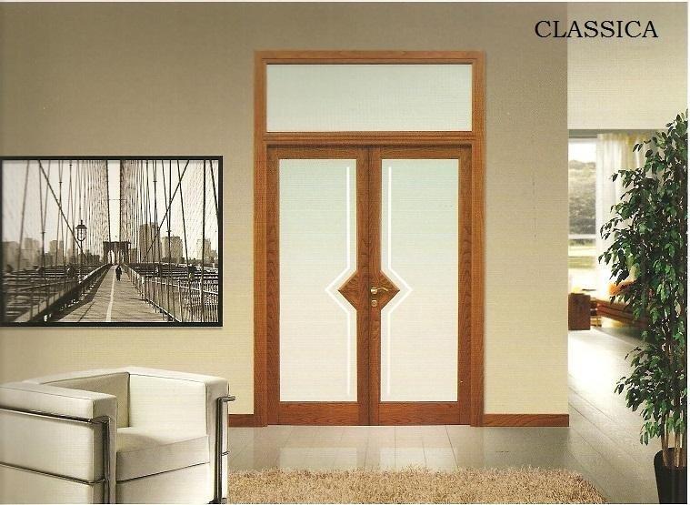 finestra in legno con divano