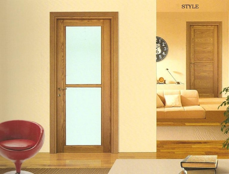 porta in legno con parete giallo