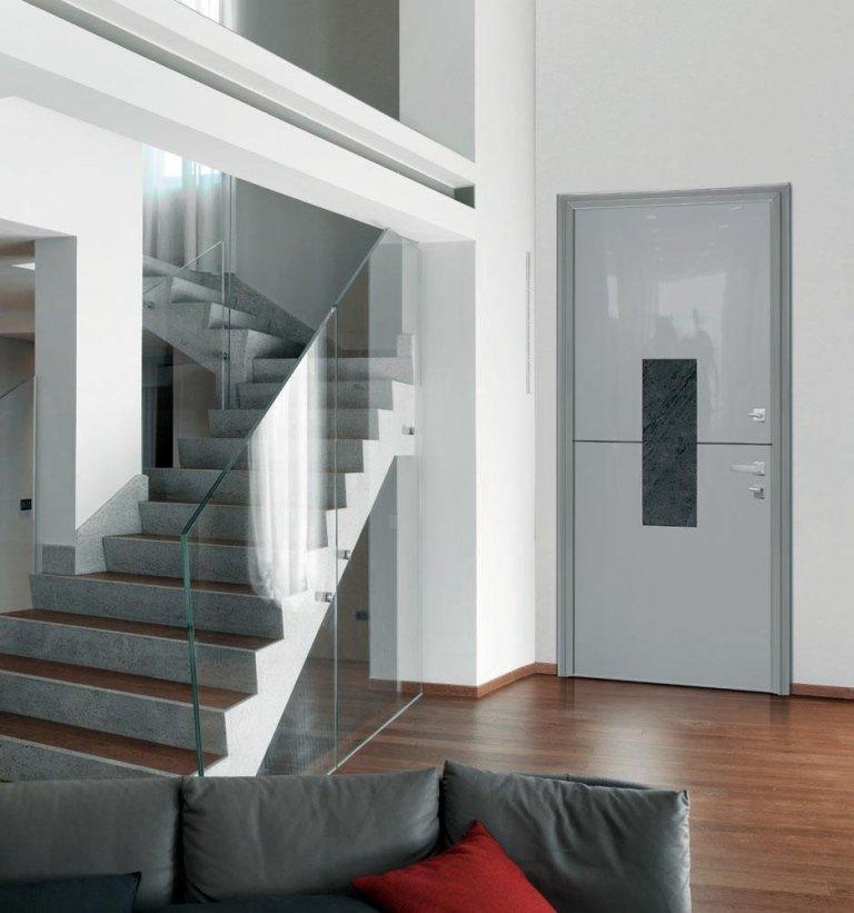 vista di porta blindata con scala esterna