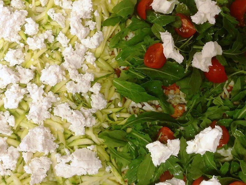 delle zucchine gratuggiate, pomodorini, mozzarella e dell'insalata