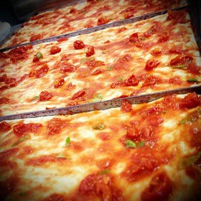 Dei tranci di pizza con pomodoro fresco