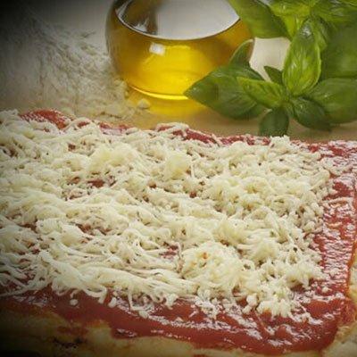 Un trancio di pizza con sugo e formaggio gratuggiato