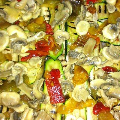 Delle zucchine grigliate, funghi e peperoni