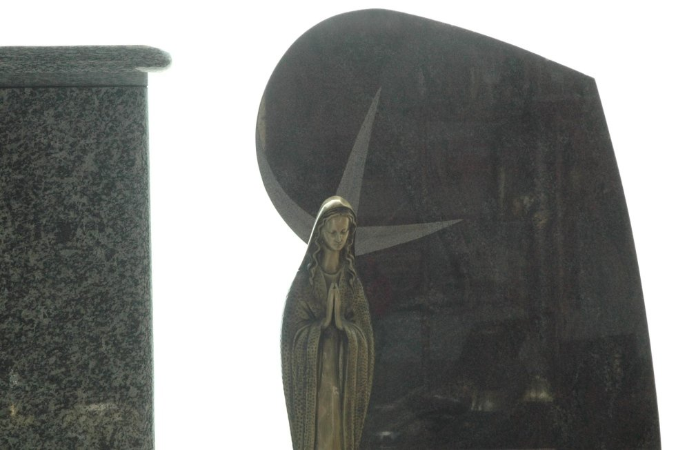 lapide con statua