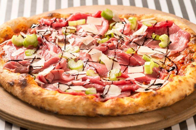 una pizza con roast beef all' inglese e porro