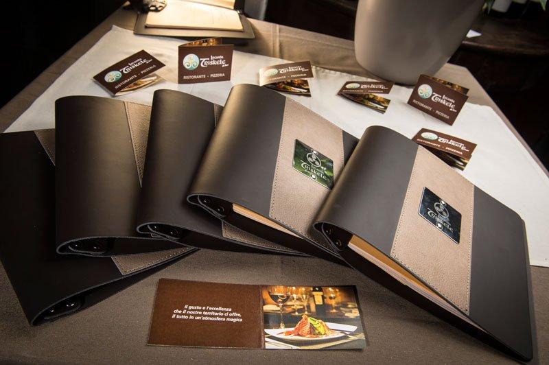 Dei menu appoggiati su un tavolo
