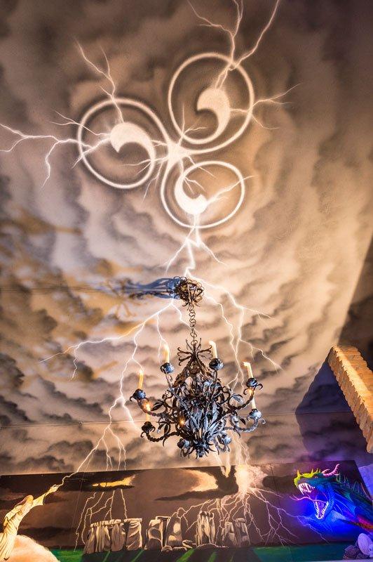 vista del soffitto dipinto come un cielo grigio e un drago