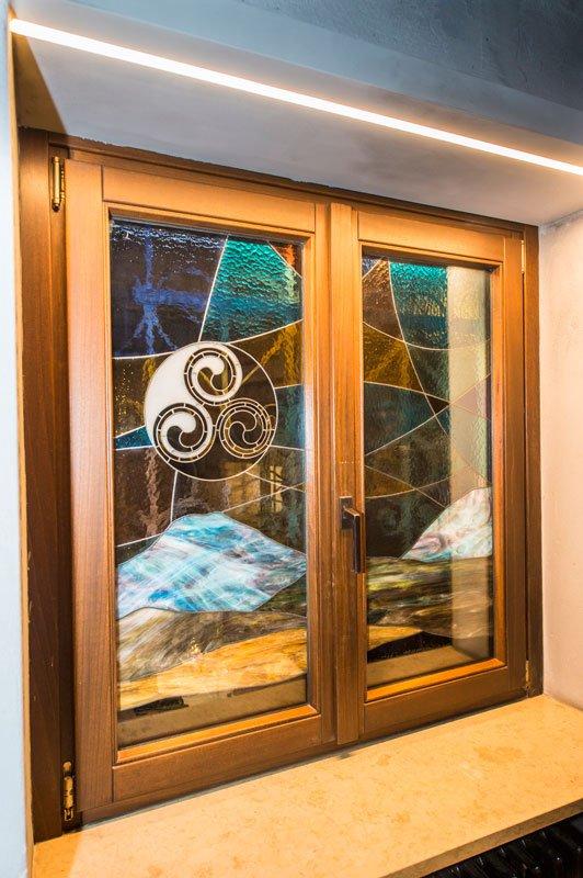 Delle finestre con vetri con disegni a mosaico