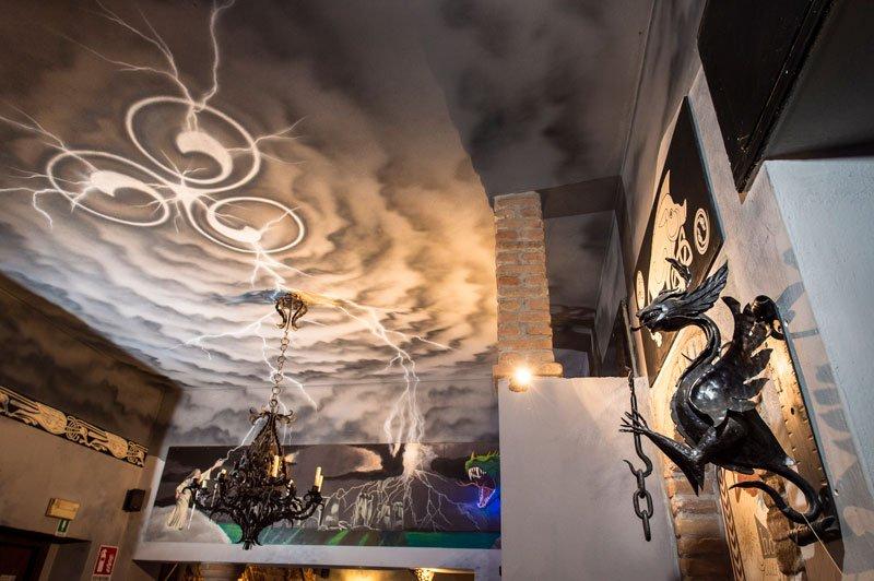 Un lampadario di color nero sul soffitto