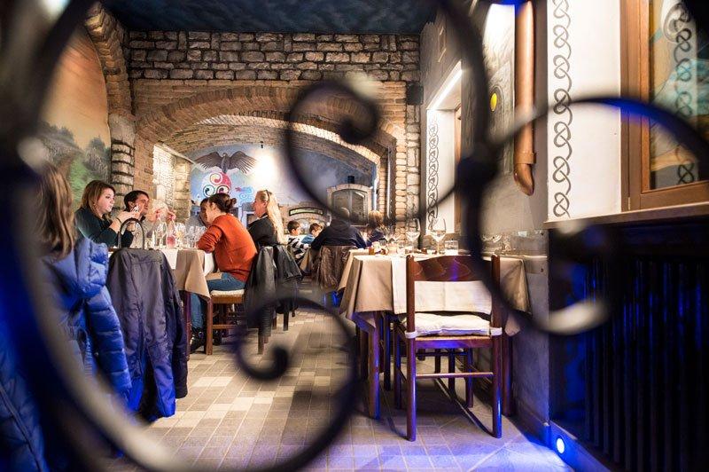 Delle persone sedute a tavola all'interno di un ristorante