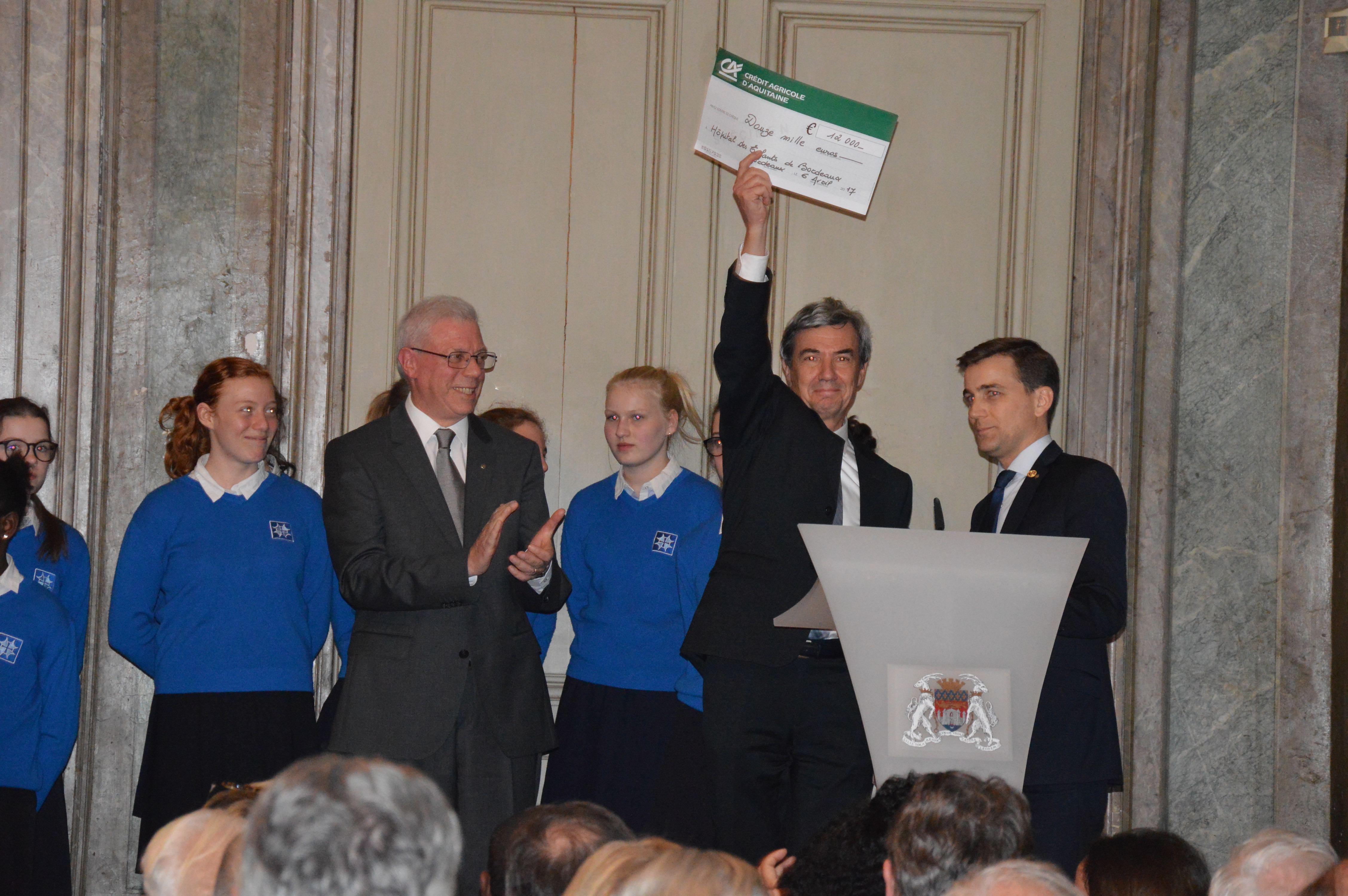 Photo, remise de chèque, Prof Yves PEREL, Xavier HEYMANS, président du Rotary Club Bordeaux, René DAUMANN, anniversaire 90 ans Rotary Club Bordeaux