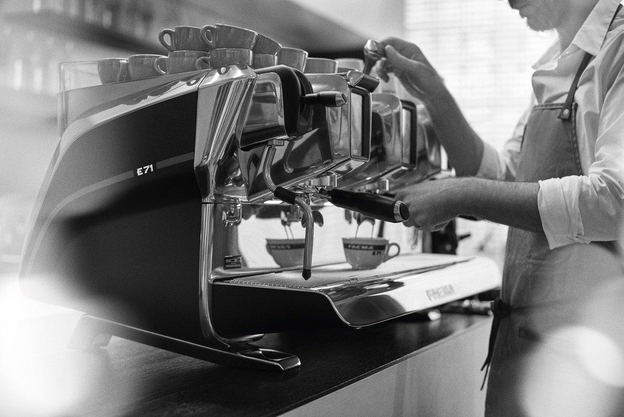 Barista fa il caffè con la macchina apposita