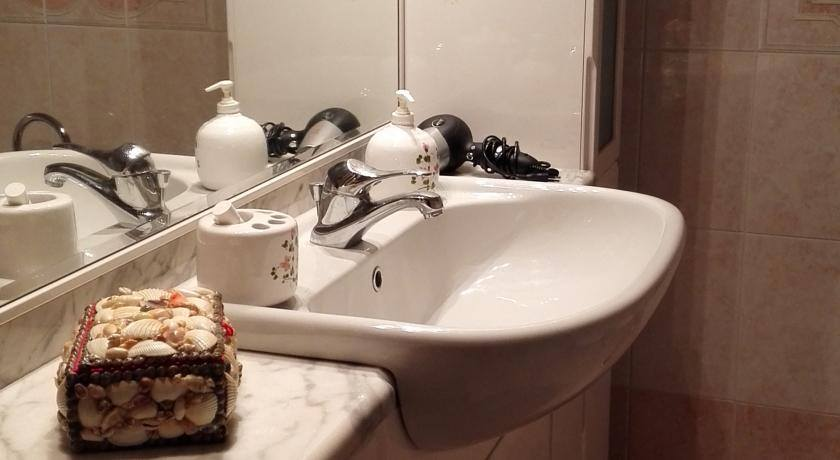 Lavabo del bagno in uso