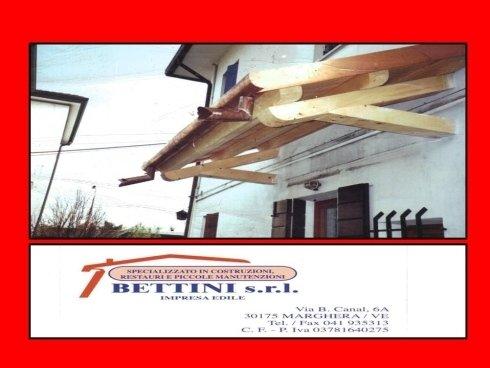 risanamento di una casa con copertura di portone in legno