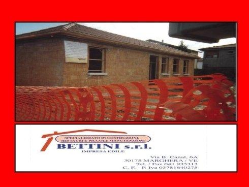 vista angolare di una casa dentro un cantiere e sigla BETTINI S.R.L