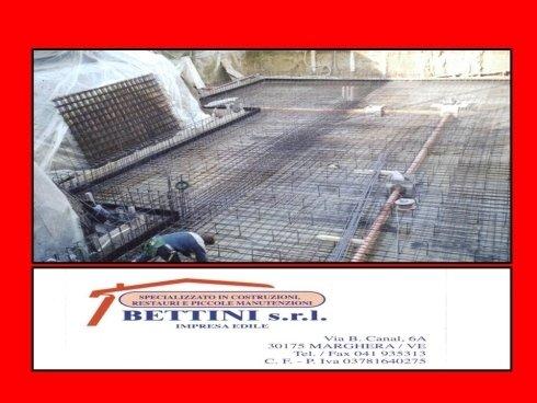 vista di un cantiere a marchio BETENI S.R.L con operaio che lavora sul tetto di una casa