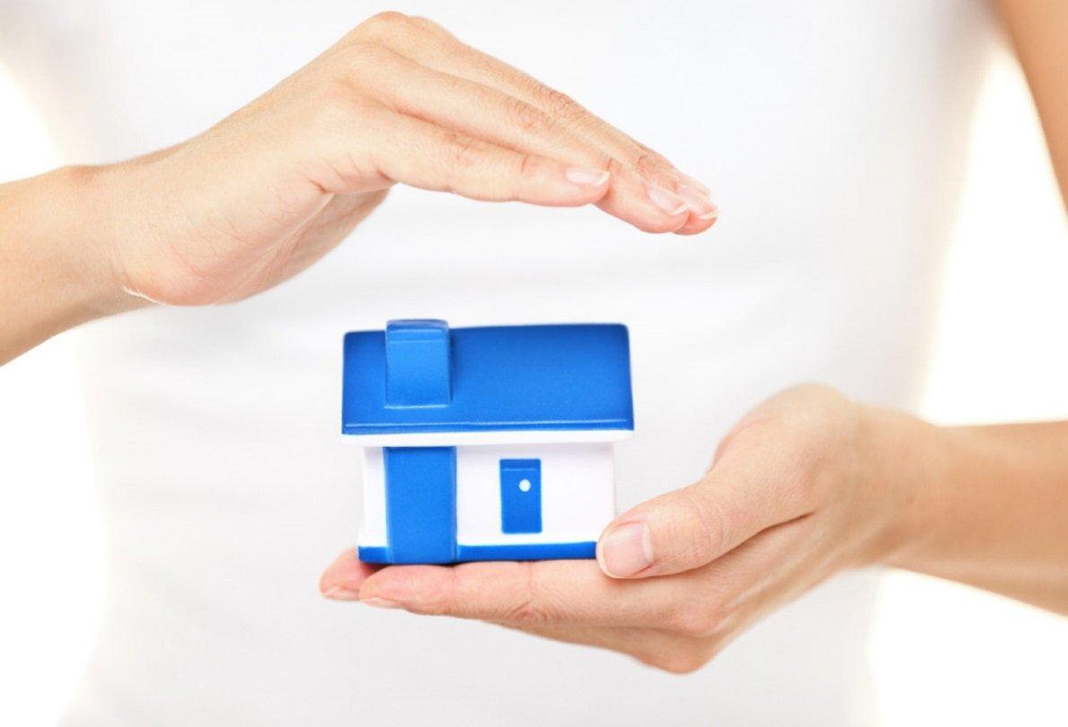 Modellino di casa tra due mani