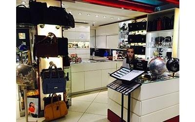 assortimento prodotti negozio con borse
