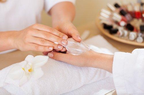 donna che massaggia la pelle della mano