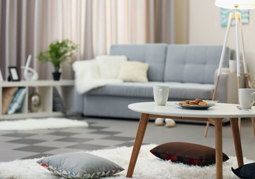 sala con divano grigio e primo piano di un tavolino