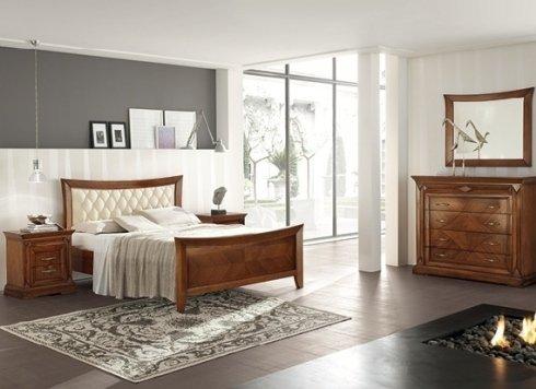 camera da letto con comò in legno e specchiera