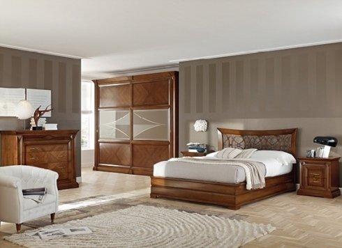 camera da letto con armadio in legno e poltrona