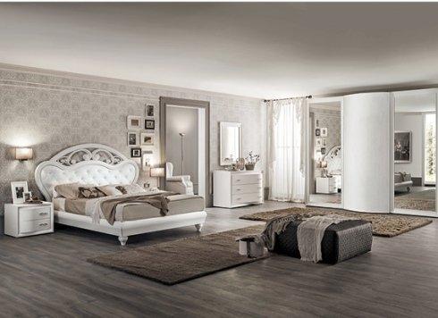 camera da letto di colore chiaro con tappeti