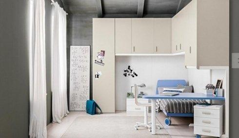 cameretta con scrivania blu e mobili bianchi