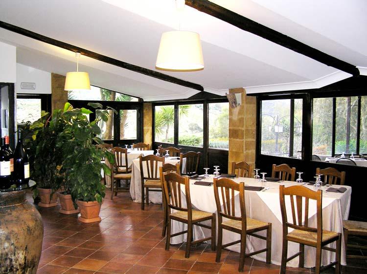vista angolare della sala da pranzo e cena
