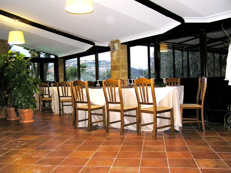tavolo apparecchiato con tre sedie