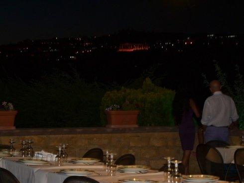 due cliente osservano il paesaggio dalla terrazza del ristorante