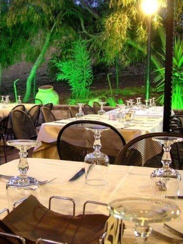 tavoli apparecchiati nella zona esterna del ristorante