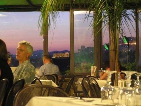 vista del cielo dalla vetrata del ristorante