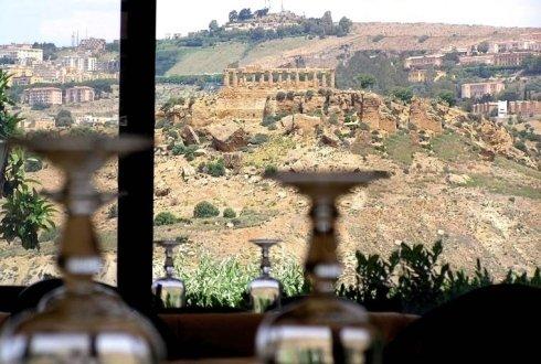paesaggio di collina dalla sala interna del ristorante