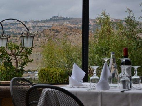 vista delle colline da un tavolo del ristorante