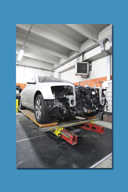 Presso la Carrozzeria Pastore e Maceri vengono riparate automobili incidentate o danneggiate.