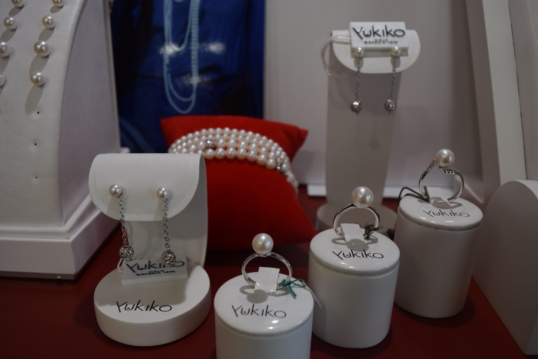 Orecchini con pendenti e braccialetti di perle