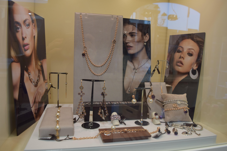 orecchini e braccialetti in vari formati e metalli