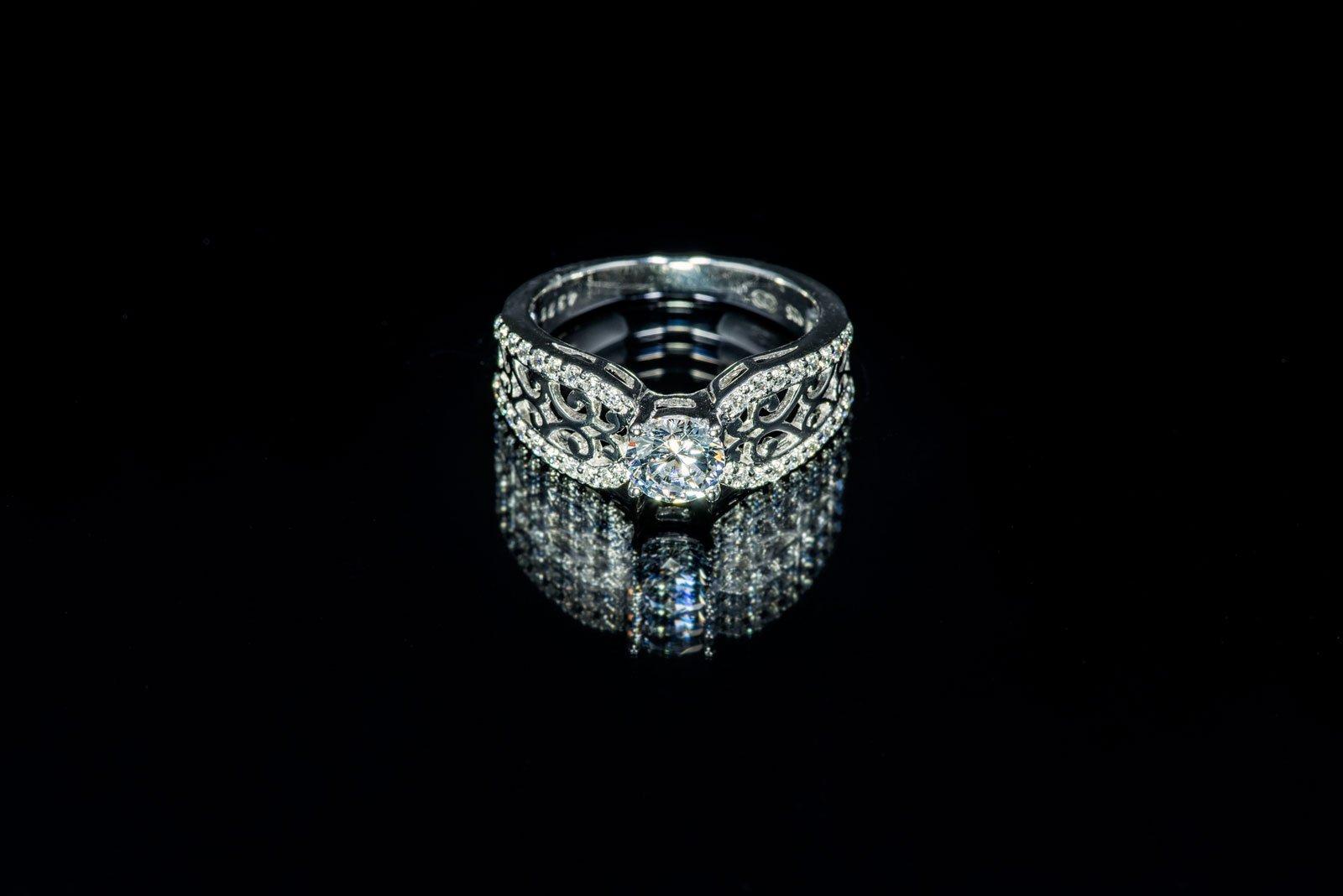 anello di diamanti su sfondo nero