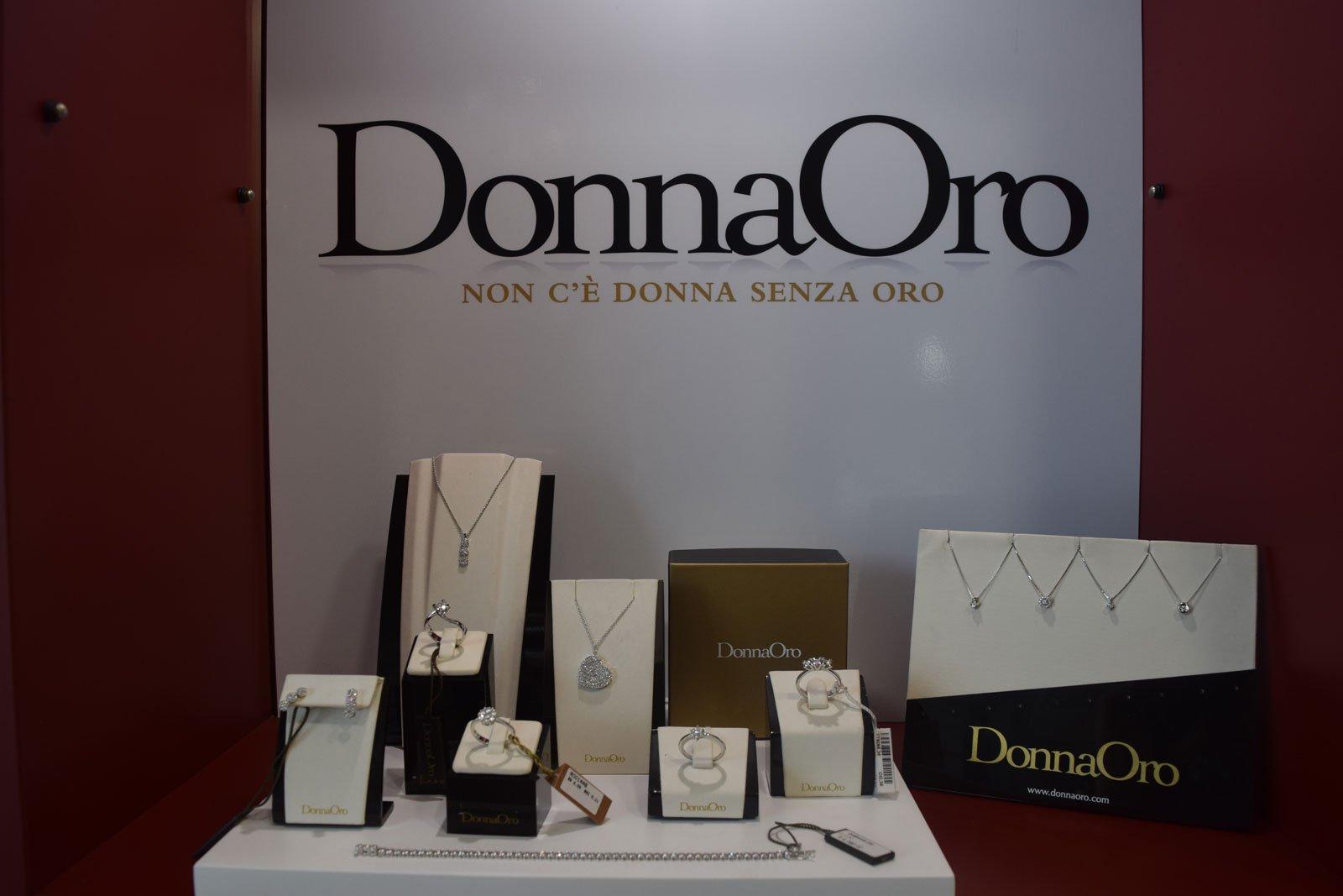 collana di diamante e anelli sul display