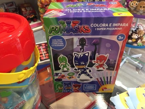 una scatola con scritto PJ masks colora e impara