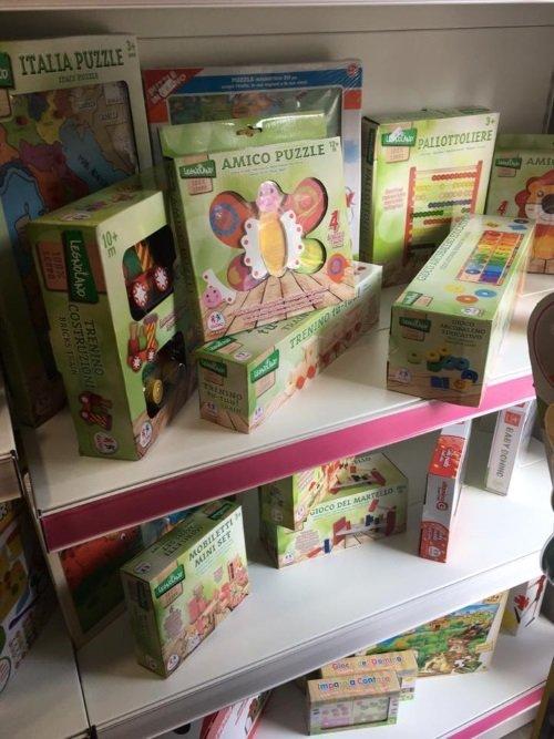 delle scatole di giochi in legno