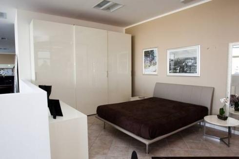 Camera con letto grigio
