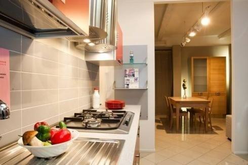 Cucina con elementi in acciaio
